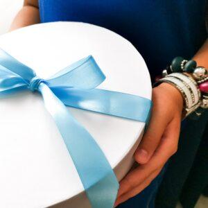 ajándékcsomag kézben