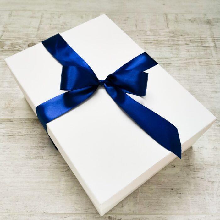 doboz kék szalaggal
